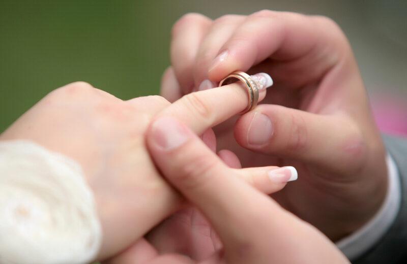 Comment trouver la bague de fiançailles idéale
